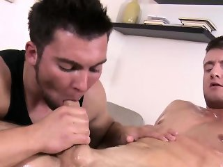 Masseur sucks muscly straighty