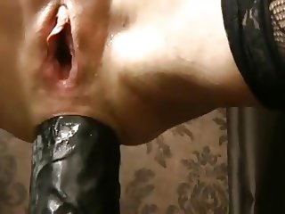 ANAL QUEEN DIGS DEEP