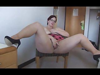 thick mature works her hairy cunt