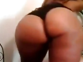 Bootylicious black babe shakes her round ass