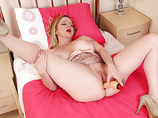 English milf Summer Angel Lee gets busy with a dildo