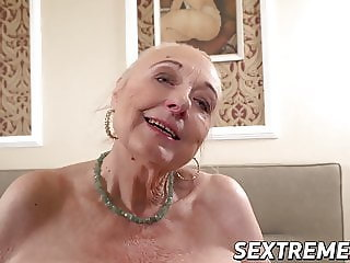 Creampie fuck session with a real old granny who loves cock