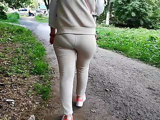 Candid delicious ass milfs shaking in tight pants