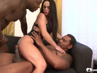 black lad gives it to a hon hot chick in 3some