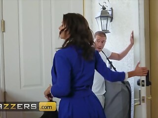 Brazzers - Busty housewife Alexis Fawx needs some big dick