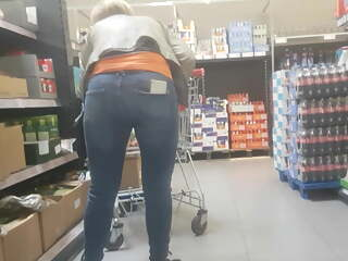 Nice milf ass in jeans bend over