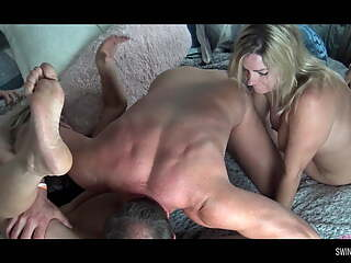 Amateur blondes getting pussy smashed in threesome