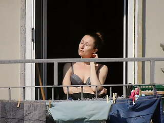 This nice mom gets some sun in bra during the lockdown