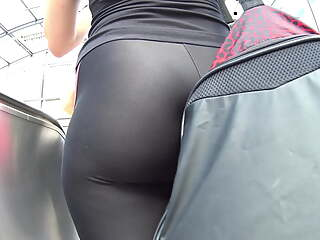 Shiny black leggings VPL, subway