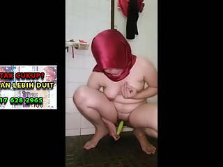 Malaysian Melayu girl with a red tudung masturbates in the toilet
