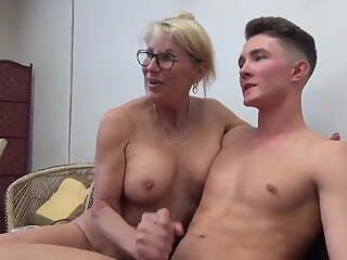 Super Sexy Mature MILF Has 5 Orgasms with Teen