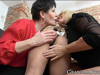 Hot grandma gets pussy licked in hot double sided threesome