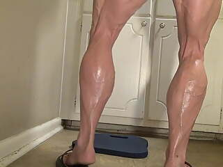 Big muscle legged bbw Tempest Yvette Jones uses dildo
